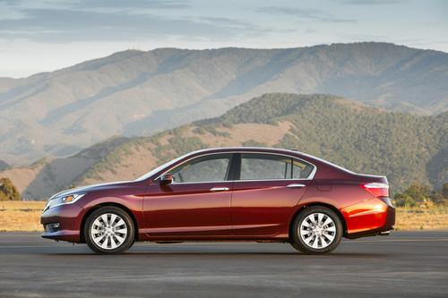 Photo Image Gallery: Honda Accord in Basque Red Pearl 2 (R548P)  YEARS: -