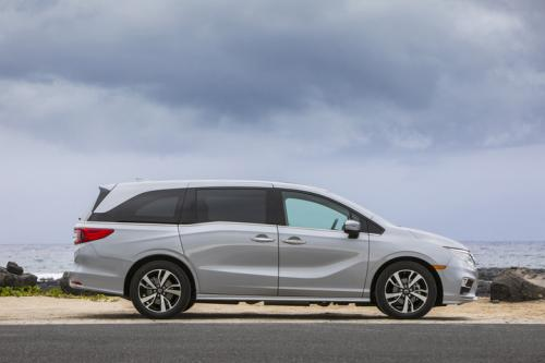 Photo Image Gallery & Touchup Paint: Honda Odyssey in Lunar Silver Metallic  (NH830M)  YEARS: 2018-2019