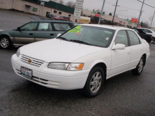 Photo Image Gallery & Touchup Paint: Toyota Camry in Super White   (040)  YEARS: 1997-2001