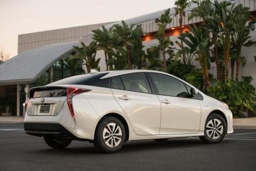 Photo Image Gallery & Touchup Paint: Toyota Prius in Blizzard Pearl   (070)  YEARS: 2017-2017