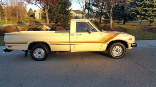 Photo Image Gallery & Touchup Paint: Toyota Truck in Creme    (557)  YEARS: 1983-1983