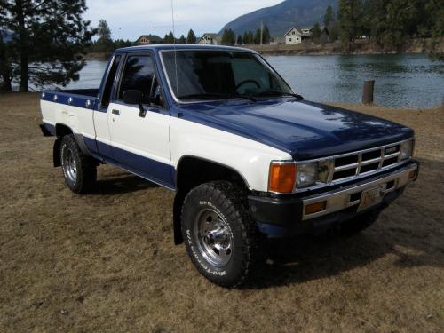 Photo Image Gallery & Touchup Paint: Toyota Truck in Mdblue White   (2M2)  YEARS: 1985-1985
